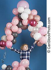 bleu, vacances, sien, rose, gris, mouche, sauts, anniversaire, jeune, élevé, arrière-plan., lets, jeux, décorations, enfant, prise, ballons, blanc, heureux, célébration, ballons.