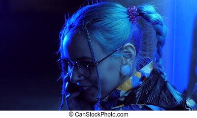 bleu, ville, coiffure, lumières, mobile, néon, inhabituel, teint, incandescent, cheveux, conversation, braids., hipster, séduisant, joli, nuit, utilisation, girl, adolescent, smartphone., heureux