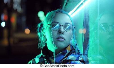 bleu, ville, coiffure, songeur, jeune, lumière, night., néon, inhabituel, teint, triste, cheveux, braids., incandescent, hipster, adolescent, jolie fille, turquoise, lunettes