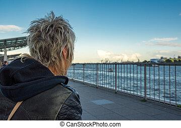 Blick auf den Hamburger Hafen - Frau blickt von den...
