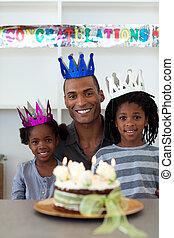 blij, afro-amerikaan, vader, met, zijn, kinderen, vieren, een, jarig, thuis