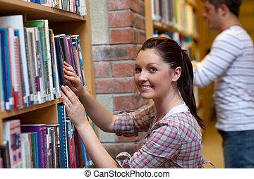 blij, jonge vrouw , het zoeken, een, boek