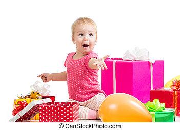blij, kind, meisje, met, kleurrijke ballons, en, gifts., vrijstaand, op, white.