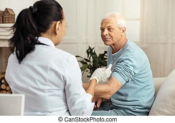blij, oud, man, kijken naar, zijn, verpleegkundige