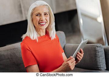 blij, oude vrouw, gebruik, moderne technologie