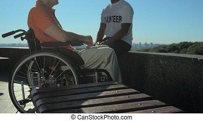 blij, vrijwilliger, klesten, met, een, wheelchaired, man
