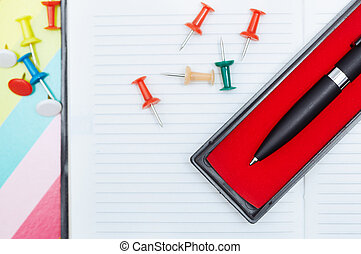 bloc, con, pluma y, pushpins