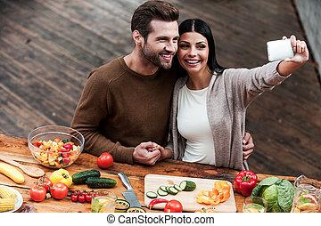 bloccare, luminoso, momenti, insieme., vista superiore, di, bello, giovane coppia, fabbricazione, selfie, e, sorridente, mentre, preparazione alimento, insieme