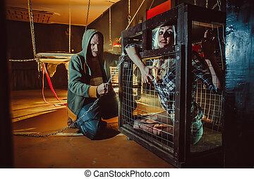 blodig, galning, och, hans, kvinnlig, offer, in, den, cage.