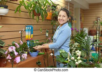 bloemen, anders, vrouw, omringde, winkel