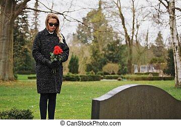 bloemen, vrouw, begraafplaats, vasthouden, droevig het...