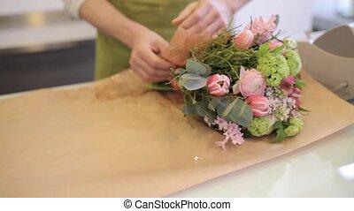 bloemist, omhulsel, bloemen, in, papier, op, bloem winkel