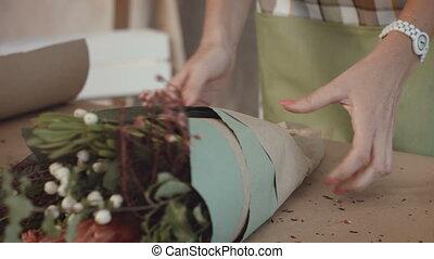 bloemist, pakking, feestelijk, bouquetten, in, wikkelend...