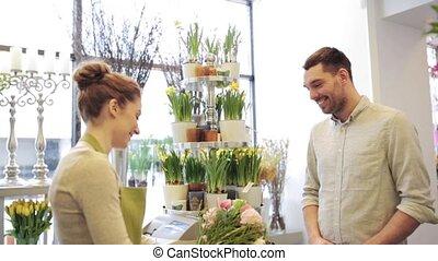bloemist, vrouw, met, bloemen, en, man, op, bloem winkel