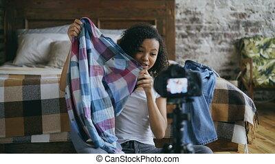 blog, sur, elle, gai, voyage, enregistrement, américain, appareil photo, vidéo, adolescent, africaine, garde-robe, maison, girl, dslr