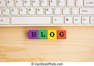 blog, texte, sur, bloc bois, à, clavier ordinateur, sur, bureau bois