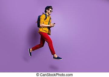 blogs, após, corrida, chapéu, calças, camisa, colora experiência, amarela, online, foto, sujeito, perfil, azul, lado, cheio, saco shopping, salto, vermelho, descontos, uso, isolado, desgaste, violeta, positivo, cellphone, busca, tamanho