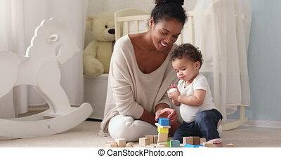 blokjes, spelend, houten, afrikaan, baby, vrolijke , dochter...