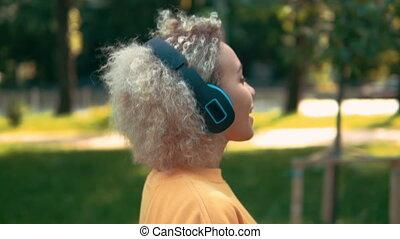 blond, côté, écouteurs, femme, dehors, vue