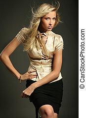 blond, dame, à, lon, cheveux, poser