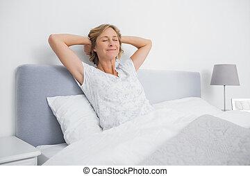 femme allonger puits lit repos blond sourire femme allonger puits lit repos chambre. Black Bedroom Furniture Sets. Home Design Ideas