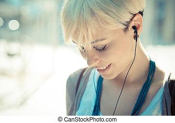 blond, femme, cheveux, jeune, écoute, musique, court, beau, hipster