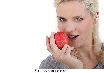 blond, femme mange, pomme