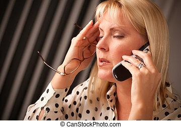blond, frau, auf, mobilfunk, mit, genervt, blick