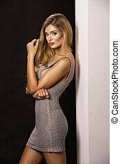 blond, frau, mit, ideal, koerper, tragen, grau, kleiden