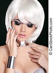 blond, frau, mit, weißes, kurz, hair., hairstyle., fringe., professionell, makeup., freigestellt, auf, schwarz, hintergrund.