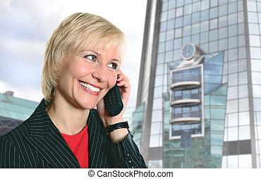blond, frau telefon, bei, modern, glasgebäude