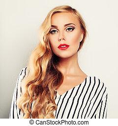 blond kędzierzawy włos, kobieta, fason modelują