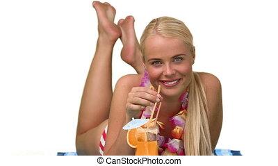 blond, kobieta, popijając, niejaki, cocktail, w, vacacion