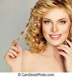 blond kudrnatý vlas, girl., překrásný, úsměv eny, dotyk, ji, vlas, kadeř