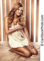 blond, lächeln, bett, natürlich, frau, haar, sitzen, langer,...