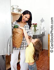 blond, liten flicka, uppackning, speceri väska, med, henne, mor