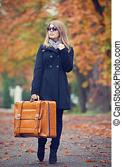 blond, m�dchen, mit, koffer, an, outdoor.