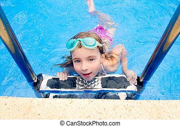 blond, mała dziewczyna, w, pływacki wrębiają, z, okulary ochronne