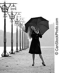 blond, mit, schirm, auf, promenade