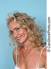 blond, modell, freigestellt, auf, blaues