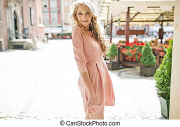 blond, robe rose, femme, honteux, porter