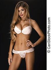 blond, sexy, frau, posierend, in, licht, damenunterwäsche, aus, dunkler hintergrund