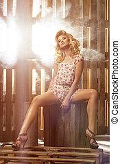 blond, sexy, frau sitzen, auf, hölzern, paletten