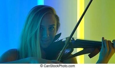 blond, violon, fin, clair, jouer, classique, music., lent, jeune, instruments à cordes, séduisant, touchers, femme, lights., néon, haut., jeux, arcs, motion., quoique