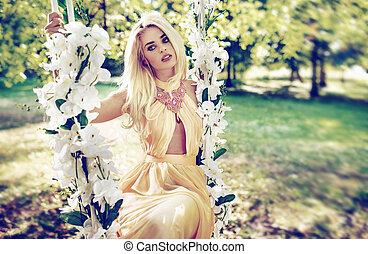 blonde , dame, het slingeren, op, de, houten, seesaw