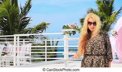 Blonde girl en leopard dress