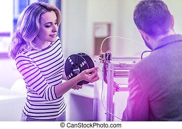 blonde-haired, mulher, ajudando, dela, colega, ficar, dela, 3d, impressora, em, escritório