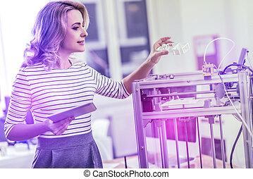 blonde-haired, mulher negócios fica, em, dela, escritório, olhar, modernos, dispositivos