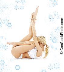 blonde , in, witte , ondergoed, beoefenen, yoga, met, snowflakes