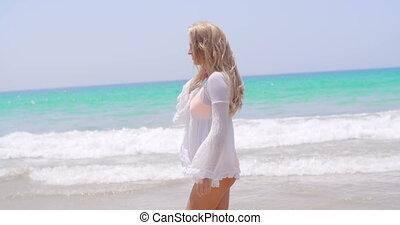 blonde , meisje, wandelende, in, witte , tunic, op het strand